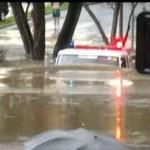 Ciężarówka strażaków pokonuje powódź