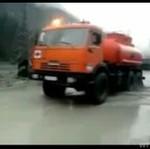 Ciężarówka ZNIKNĘŁA w błocie!
