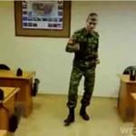 Ruski mundurowy z poczuciem rytmu