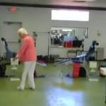 Ma 90 lat - i robi podwójne salto w tył!
