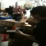 Pracownicy magazynurzucają iPadami