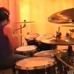 Jest w stanie zagrać na perkusji WSZYSTKO!