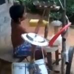 Chłopiec z Indii WYMIATA na zabawkowej perskusji!