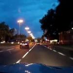 Wyścig uliczny w Warszawie - motocykl vs auto