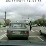 Wściekły przechodzień kopie samochód
