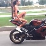 Laska w bikini robi show na motocyklu