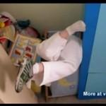 Dzieciak utknął w koszu na bieliznę