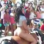 Zgrabna dziewczyna na mechanicznym byku