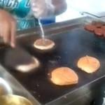 Ten gość jest NAJLEPSZY w przewracaniu burgerów!