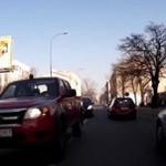 Burak za kierownicą - z łapami na rowerzystę!