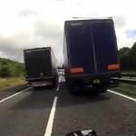 Kretyn na motocyklu UTKNĄŁ między ciężarówkami