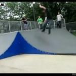 Skater i biker na jednej stali rampie