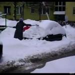 Kobieta odśnieża auto... ŁOPATĄ!