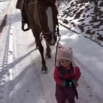 Koń - największy przyjaciel małej dziewczynki
