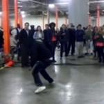 Niezwykły taniec ulicznego breakdancera