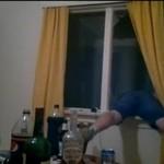 Supermen wyfrunął przez zamknięte okno