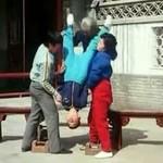 Dzieciak rozbija cegły... głową!