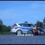 Polscy policjanci kontra motocyklista