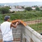 Prawdziwy murarz radzi sobie bez rusztowania