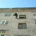 Skoczył z 5-go piętra! HARDKOR!