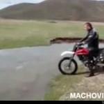 Myślał, że przejedzie rzeczkę na motorze...