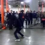 Uliczny performer wyzwał policjanta na pojedynek