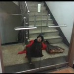 Pijana Azjatka walczy z drzwiami