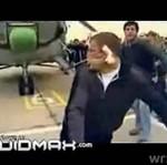 Żołnierz ciągnie helikopter za pomocą ucha!