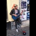 Piosenkarz zaskoczył ulicznego grajka
