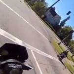 Uprzejmy motocyklista znów pomaga ludziom!