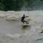 Powódź? Surferzy lubią to!