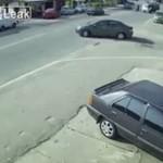 Motocyklista zrobił salto przez samochód