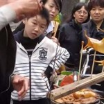 Chiński uliczny artysta dmucha słodycze