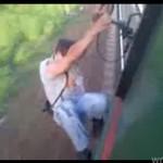 Idiota SURFUJE na pociągu!