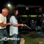 Pijana kobieta uczy się strzelać