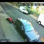 Motocyklista ROZTRZASKAŁ SIĘ o zaparkowane auto!