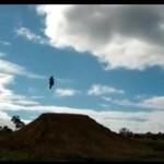 Dzieciak skacze na motocyklu - kilka metrów w górę!