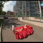 Śpiąca Królewna na środku ulicy - NAGA!