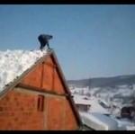 Skok z dachu - prosto w zaspę!