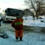 Wyciąganie autobusu ze śniegu - POLSKA ZASYPANA!