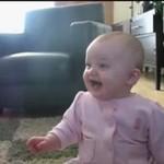 Zaraźliwy śmiech małej dziewczyki