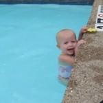 Niemowlak pływa wzdłuż basenu - WOW!
