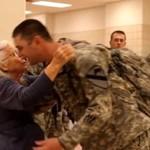 Babcia-Przytulaczka wita żołnierzy na lotnisku