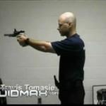 Błyskawicznie przeładowuje broń