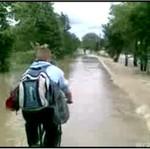 Chciał pokonać powódź... ROWEREM!