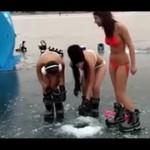 Łowienie pod lodem - W BIKINI!