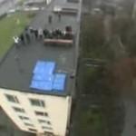 Skoczył z dachu na drugi budynek!!!