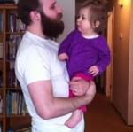Córeczka tęskni za brodą ojca