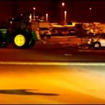 Samobieżny traktor demoluje parking