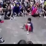 Dzieciak pokazuje, jak się tańczy breakdance!